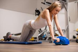 腹筋ローラーで全身を鍛えたい女性向け|正しいフォームや使い方を解説